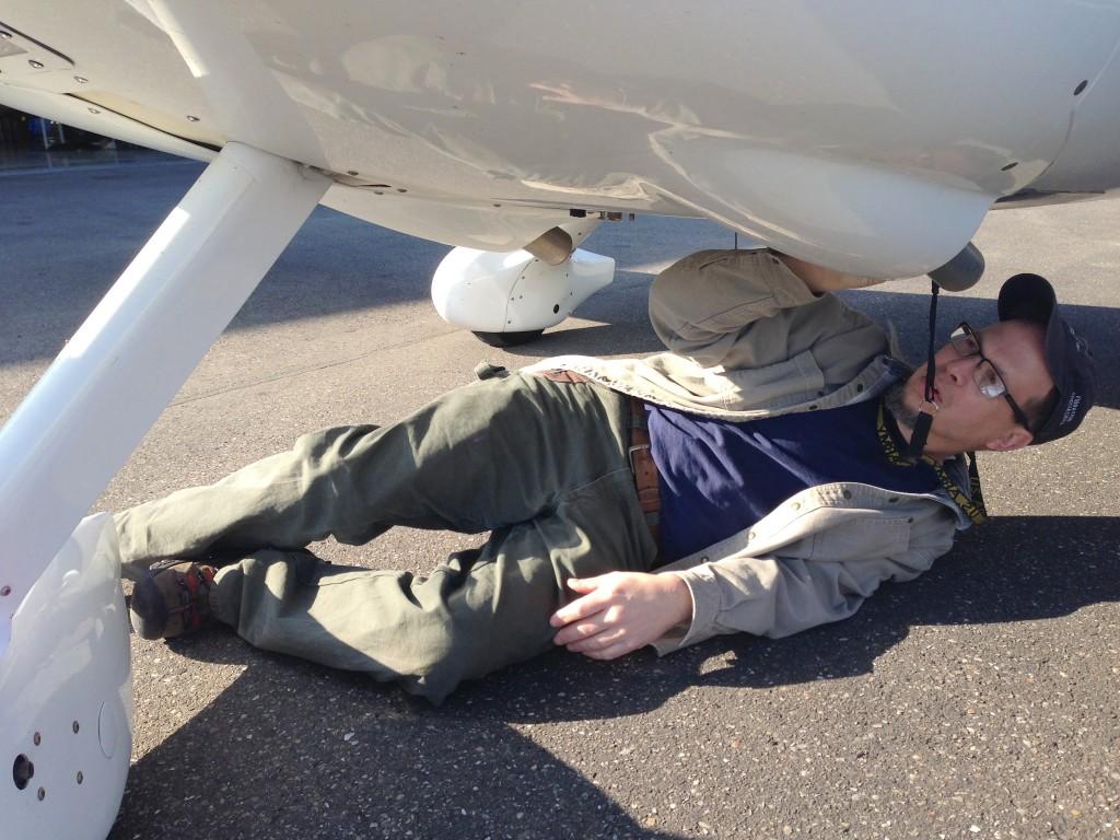 Jim Barker,  weltweit tätiger Spezialist für Cirrus-Flugzeuge bei der ersten Inspektion der G-YORC